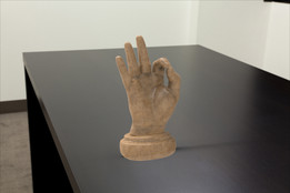 Hand on socle