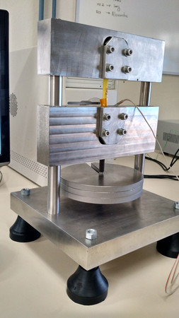 Dispositivo para ensaios de fluência em polímero