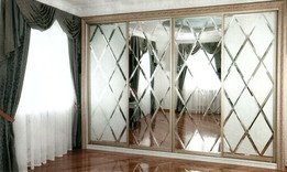 Шкаф-купе с багетом и с композицией зеркал с фацетом