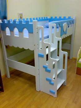 Детская кровать на клееных фанерных столбах